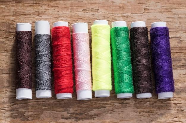 Vista superior de bobinas de fios multicoloridos