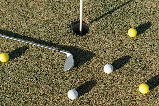 Vista superior de bolas de golfe espalhadas