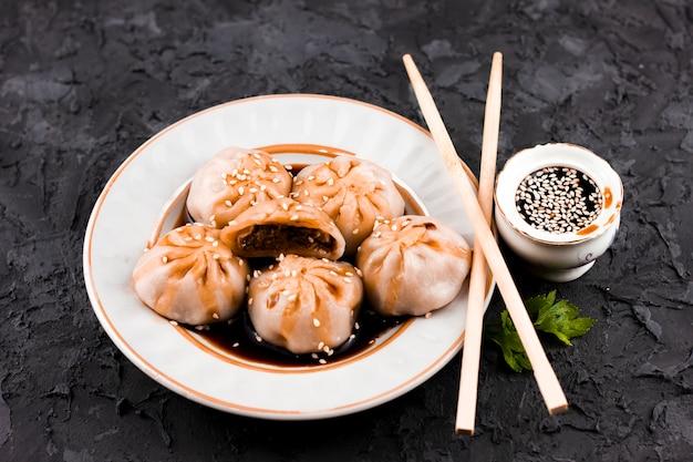 Vista superior de bolinhos asiáticos saborosos