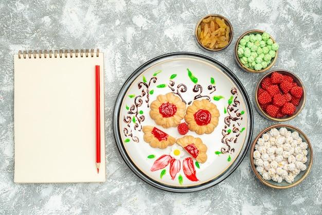 Vista superior de bolinhos de açúcar com doces em branco