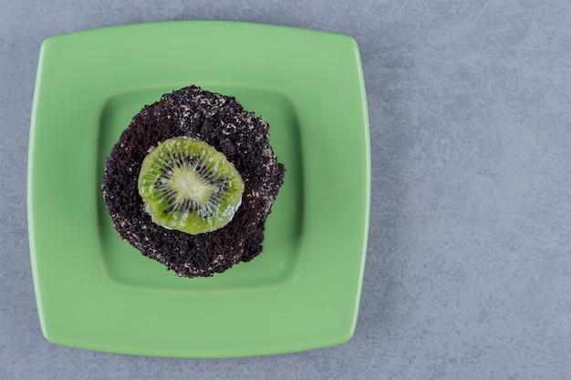 Vista superior de bolo caseiro fresco com fatia de kiwi