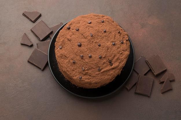 Vista superior de bolo de chocolate com cacau em pó