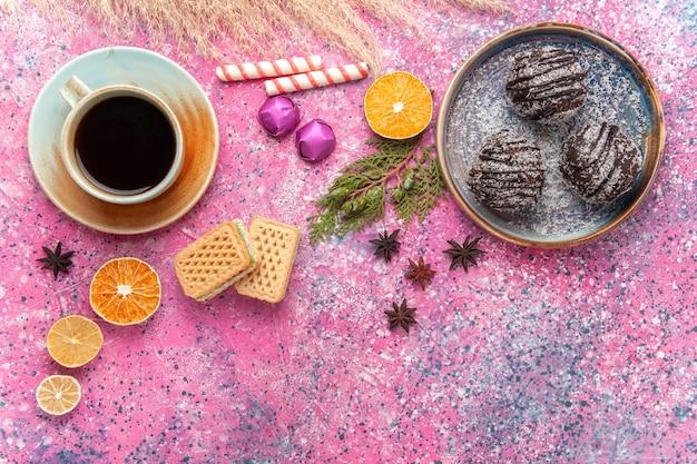 Vista superior de bolos de chocolate com chá rosa
