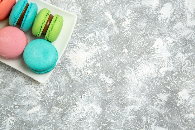 Vista superior de bolos ful de macarons franceses em uma superfície branca clara