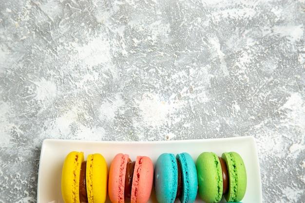 Vista superior de bolos ful de macarons franceses na superfície branca