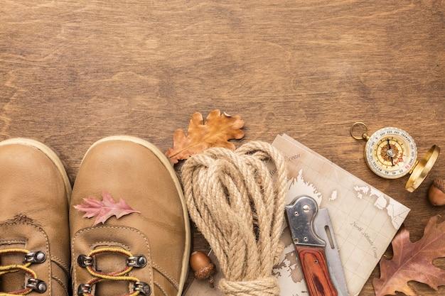 Vista superior de botas com cópia espaço e folhas de outono