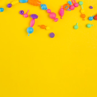 Vista superior de brinquedos coloridos para chá de bebê com espaço de cópia