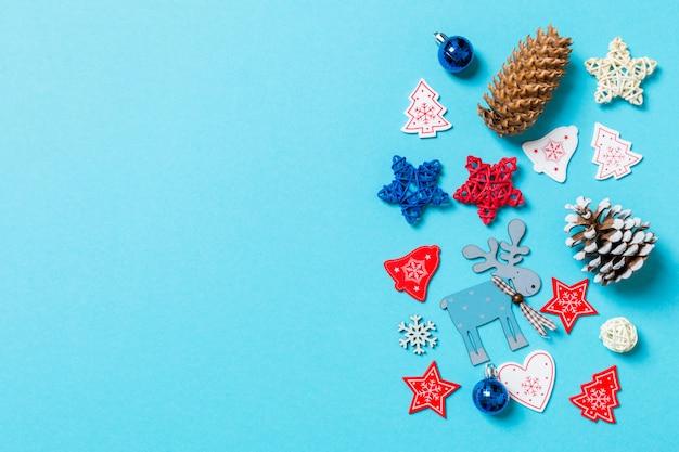 Vista superior de brinquedos de ano novo e decorações em azul.