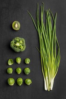 Vista superior de brócolis com cebolinha e couve de bruxelas