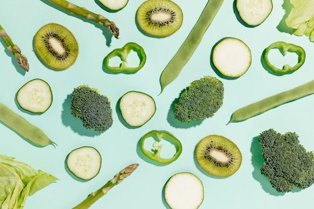 Vista superior de brócolis com pepino e legumes