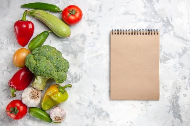 Vista superior de brócolis fresco com vegetais na cor branca da salada de dieta saudável