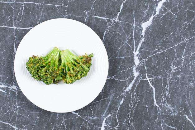 Vista superior de brócolis frescos cozidos no vapor.