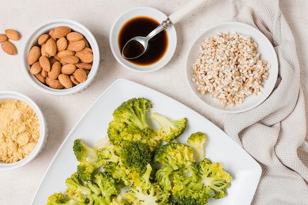 Vista superior de brócolis no prato com amêndoas