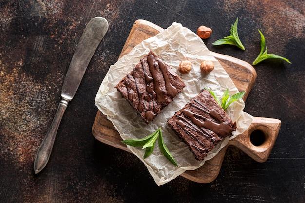 Vista superior de brownies com hortelã e avelãs