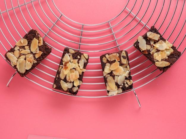 Vista superior de brownies de amêndoa recém-assados