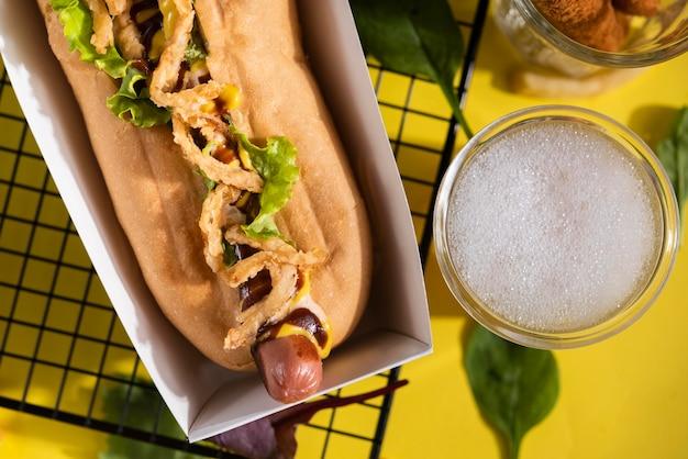 Vista superior de cachorro-quente com salada e bebida