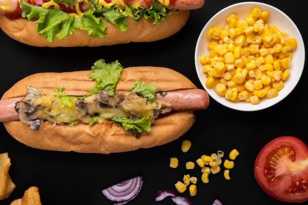 Vista superior de cachorro-quente com salada e milho