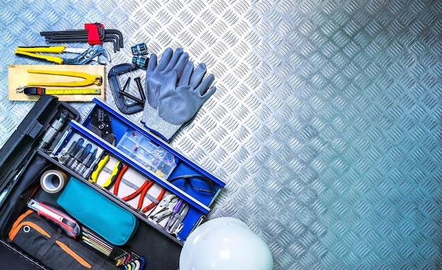 Vista superior, de, caixa ferramentas, e, capacete, ligado, checkered, prato, fundo, em, oficina