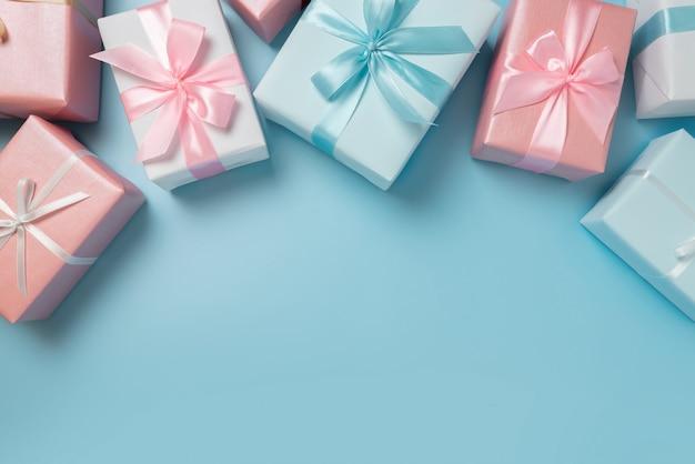 Vista superior de caixas de presente cor-de-rosa e azuis no azul isolado.
