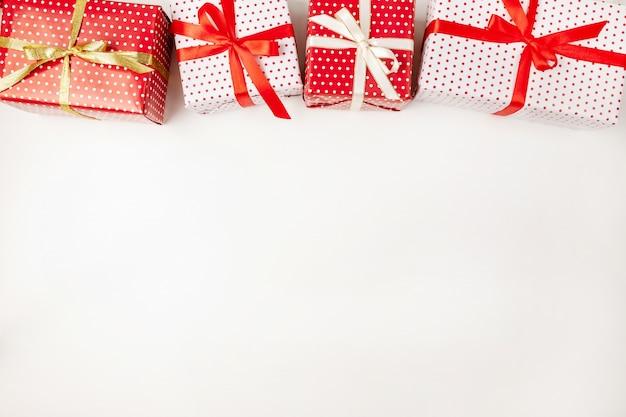 Vista superior de caixas de presente de natal artesanal com fitas em branco