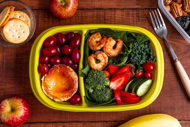 Vista superior de camarão, vegetais e frutas