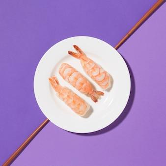 Vista superior de camarões saborosos num prato