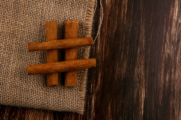 Vista superior de canela de saco em fundo de madeira com espaço de cópia