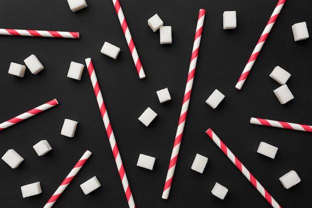 Vista superior de canudos com muitos cubos de açúcar