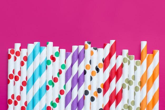 Vista superior de canudos de papel listrados e pontilhados