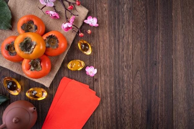 Vista superior de caquis frescos no fundo da mesa de madeira para o ano novo lunar chinês
