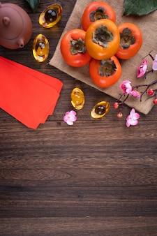 Vista superior de caquis no fundo da mesa de madeira para o ano novo chinês