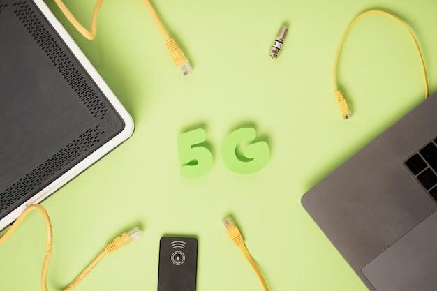 Vista superior de caracteres 5g com cabos ethernet