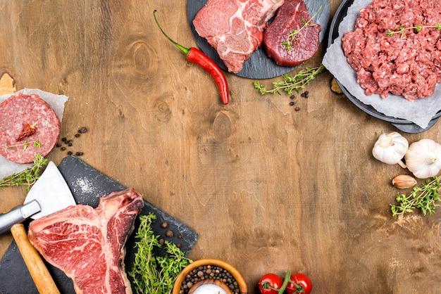 Vista superior de carne com alho e ervas