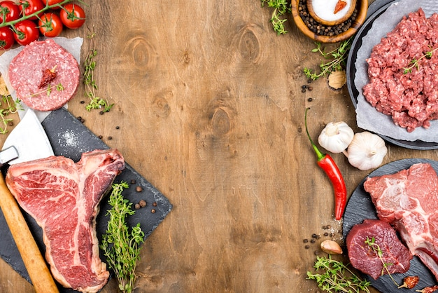 Vista superior de carne com alho e pimenta