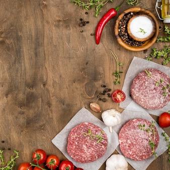Vista superior de carne com chili e cópia espaço