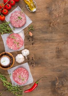 Vista superior de carne com ervas e pimenta
