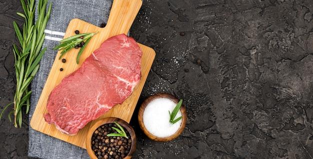 Vista superior de carne com especiarias e ervas aromáticas
