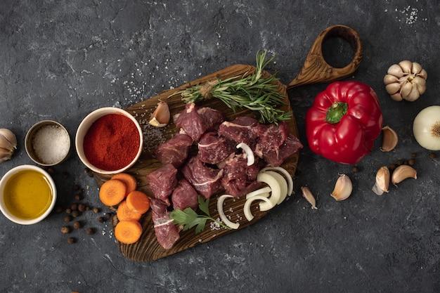 Vista superior de carne com legumes