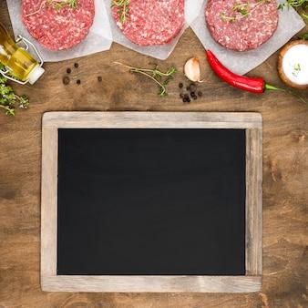 Vista superior de carne com quadro-negro