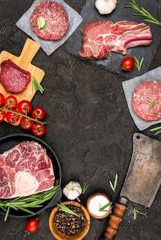 Vista superior de carne com tomate e ervas
