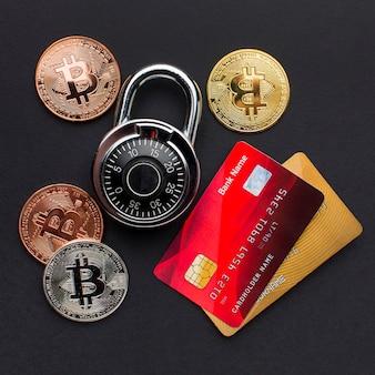 Vista superior de cartões de crédito com bloqueio e bitcoin