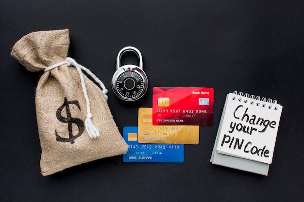 Vista superior de cartões de crédito com fechadura e bolsa de dinheiro