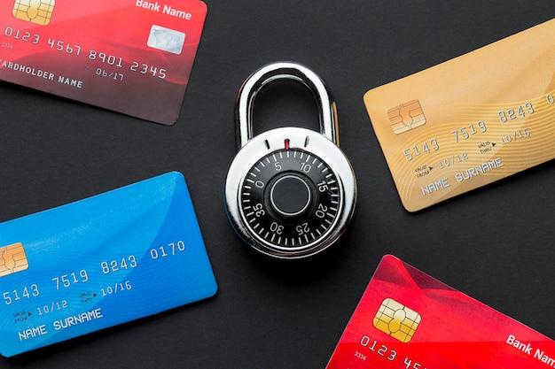 Vista superior de cartões de crédito com trava