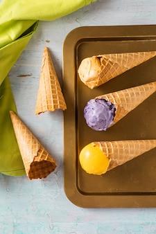 Vista superior de casquinhas de sorvete em uma bandeja