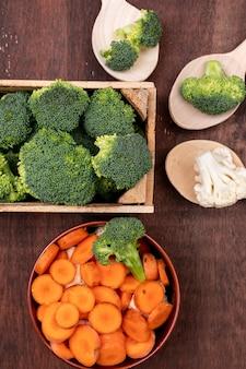 Vista superior de cenoura couve-flor e brócolis na mesa de madeira