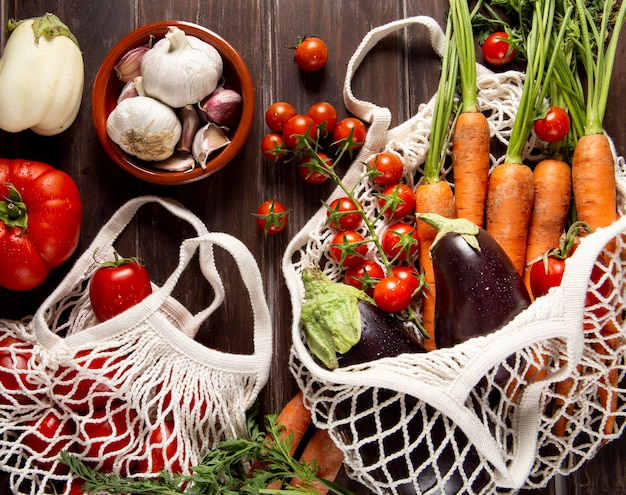 Vista superior de cenouras em saco com legumes