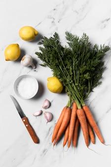 Vista superior de cenouras frescas na mesa de mármore