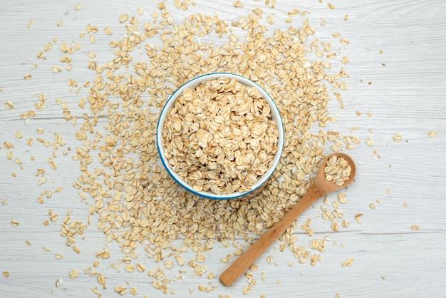 Vista superior de cereais crus na refeição de café da manhã branco, cru