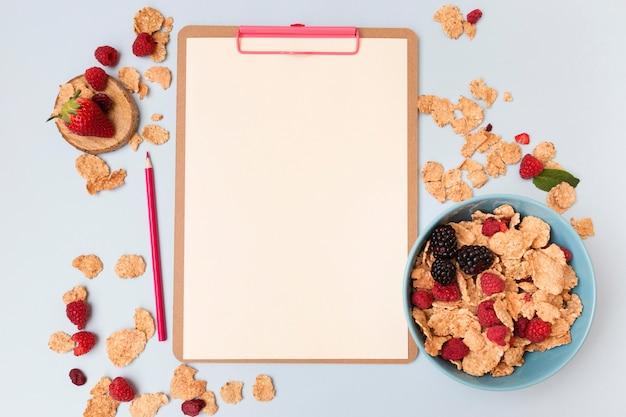 Vista superior de cereais e bloco de notas