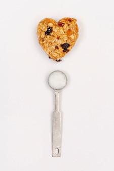 Vista superior de cereais e colher